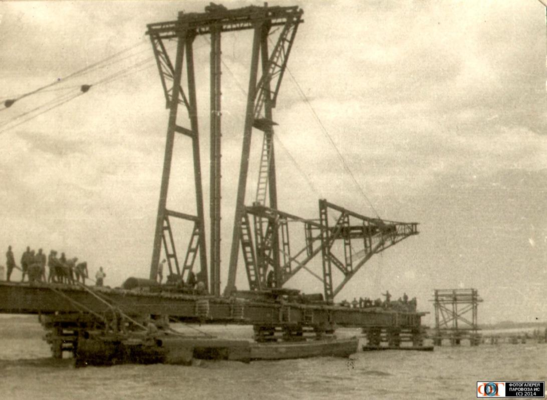 установка портального крана для забивки свай под опоры эстакады моста