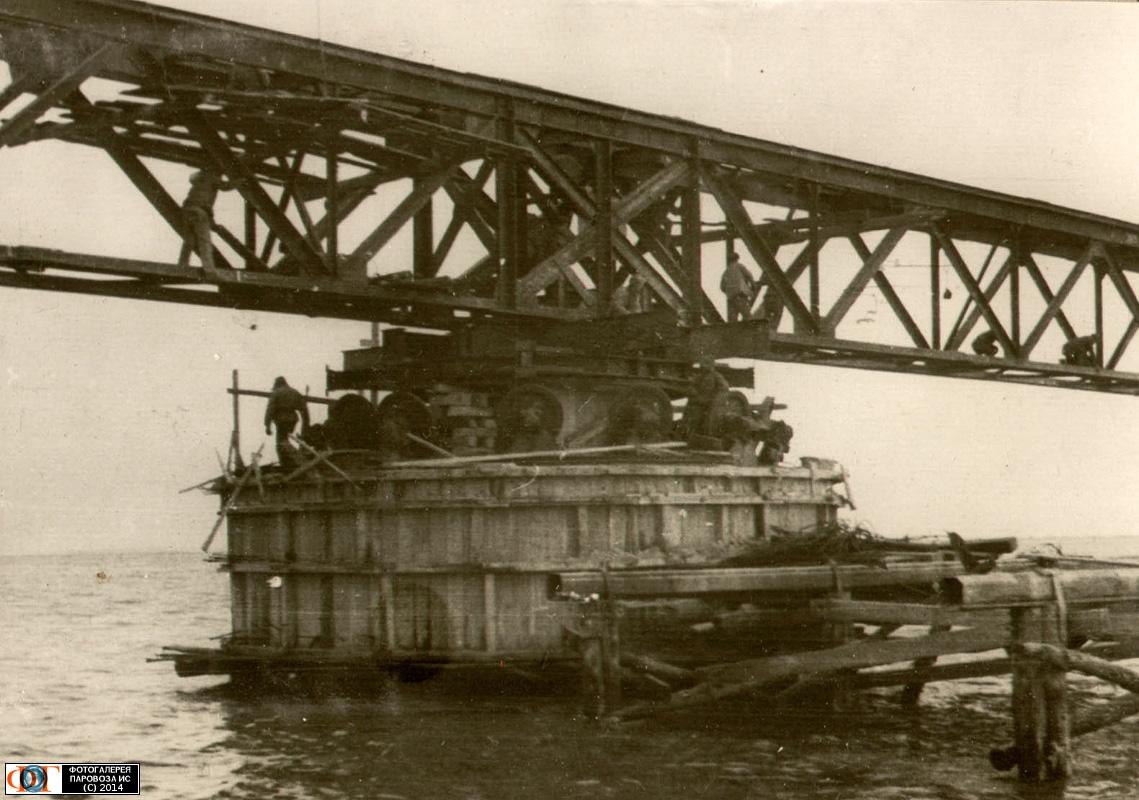 На фото: центральная опора поворотной фермы моста 2х27 метров для пропуска маломерных судов
