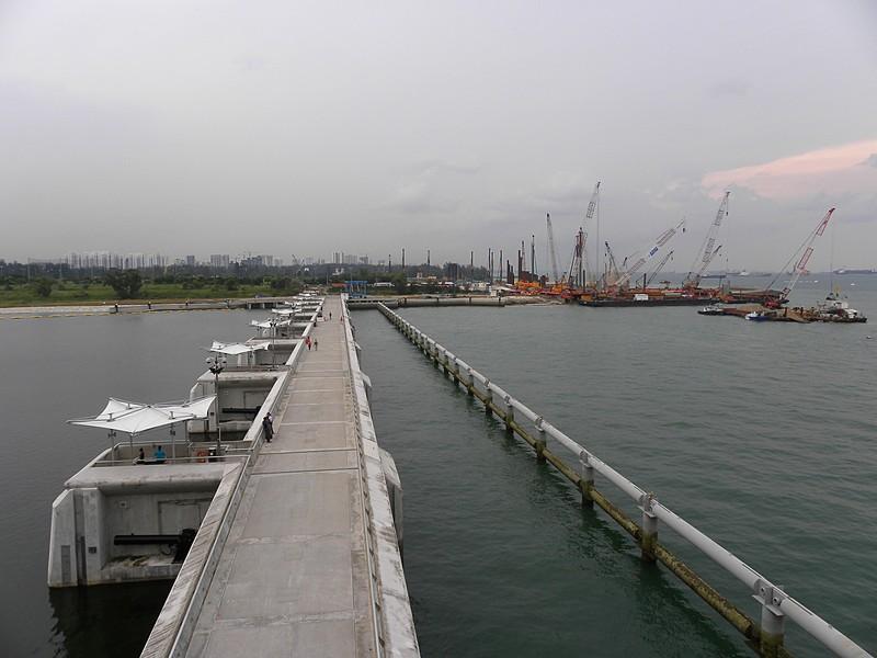Аналог такой дамбы в Сингапуре. Слева пресная вода, справа морская
