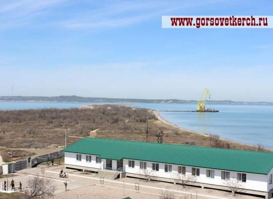 На Тузлу переправляют технику для строительства Керченского моста