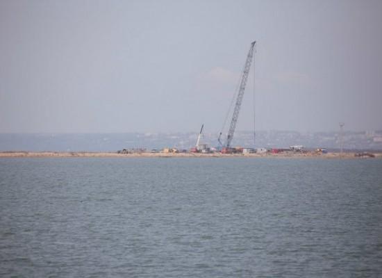 Для строительства Керченского моста возводят технологическую переправу на острове Тузла