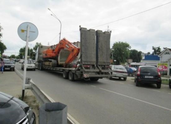 Через жилую зону Тамани идет грузовой поток на косу Тузла