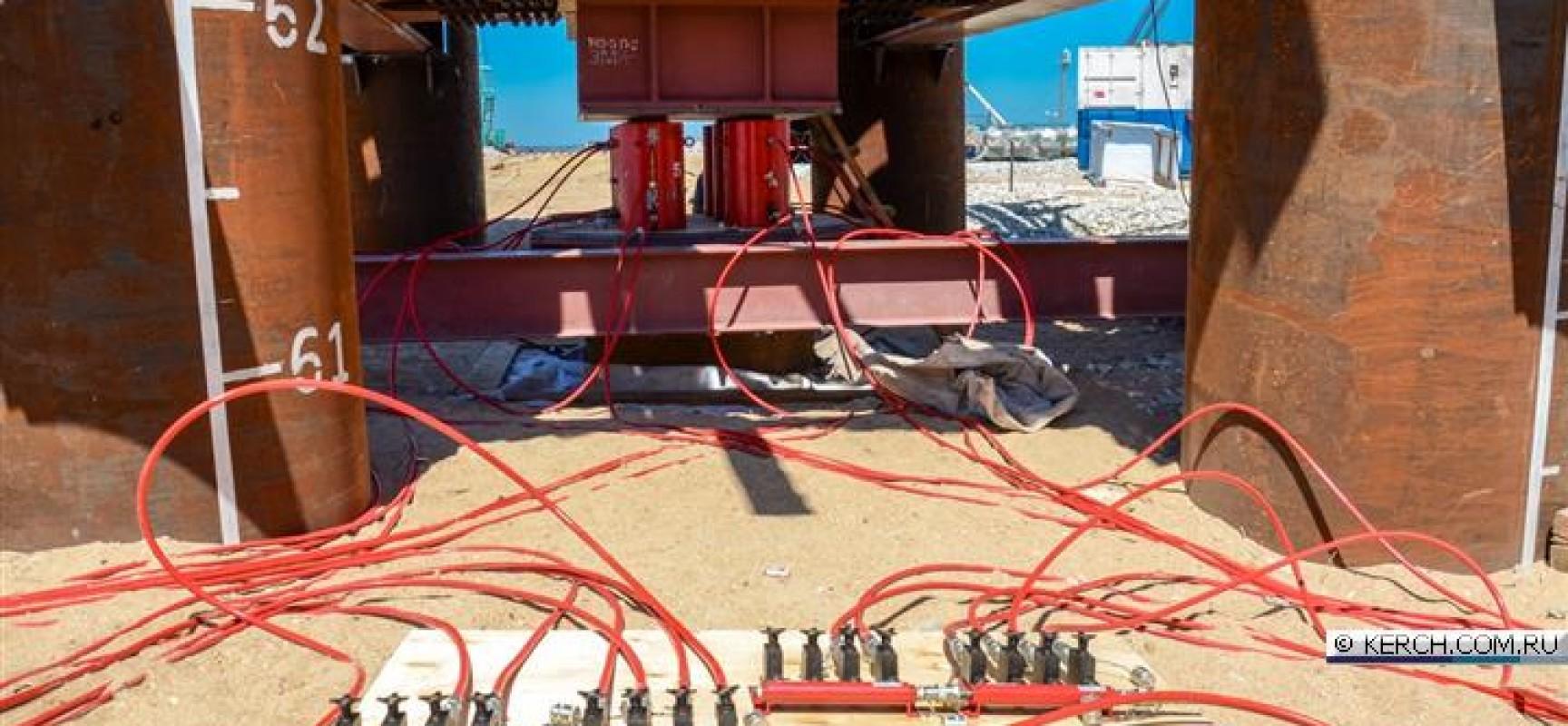 Проводятся динамические и статические испытания грунтов основания сваями на таманском и керченском берегах