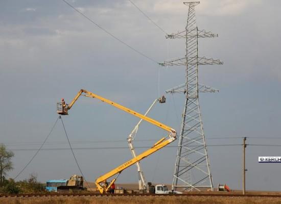 Под Керчью натягивают провода для энергомоста