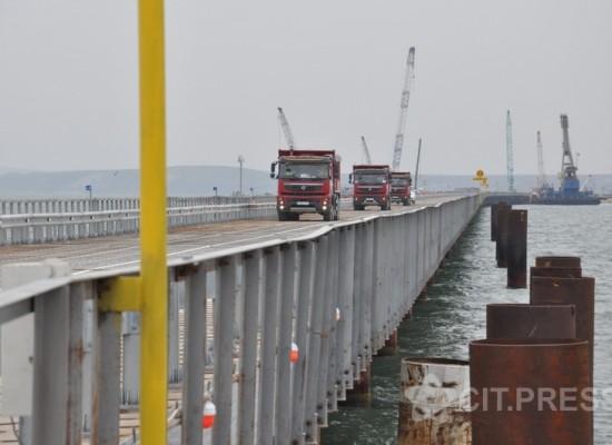 По технологическому мосту (РМ-1) Тамань-Тузла прошли первые грузовики (ФОТО)