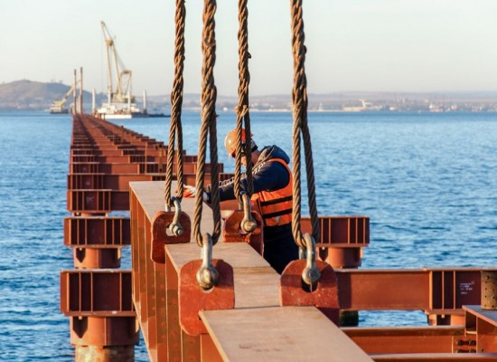 В Керченский центр занятости подали первые вакансии на строительство моста через Керченский пролив.