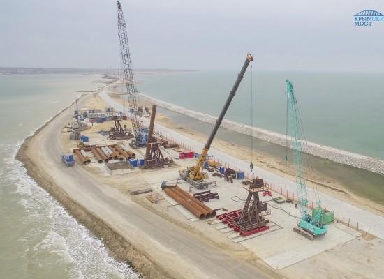 Началось возведение свайных фундаментов моста через Керченский пролив
