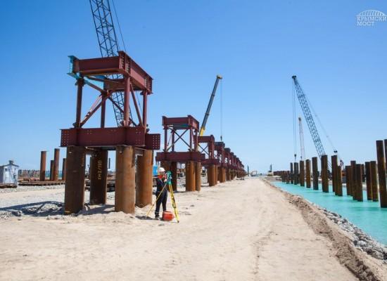 Завершилось сооружение стапелей, где будут вестись работы по сборке арочных пролетных строений судоходной части моста