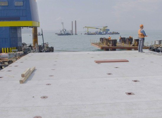 1 июня 2016. Уложена финальная плита второго рабочего моста — от острова Тузла до фарватера