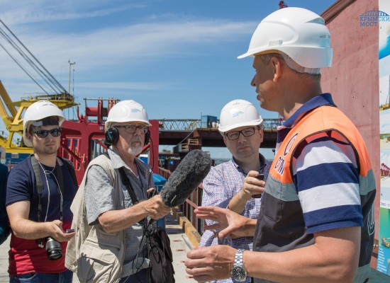 Мост через Керченский пролив показали иностранным журналистам