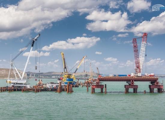 Строительство опор судоходного арочного пролета Крымского моста