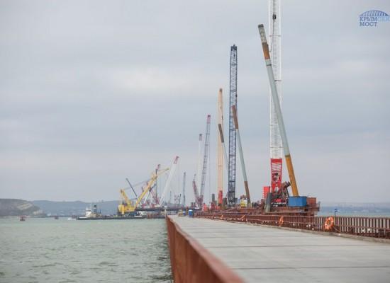 Возведено 200 опор моста из 595