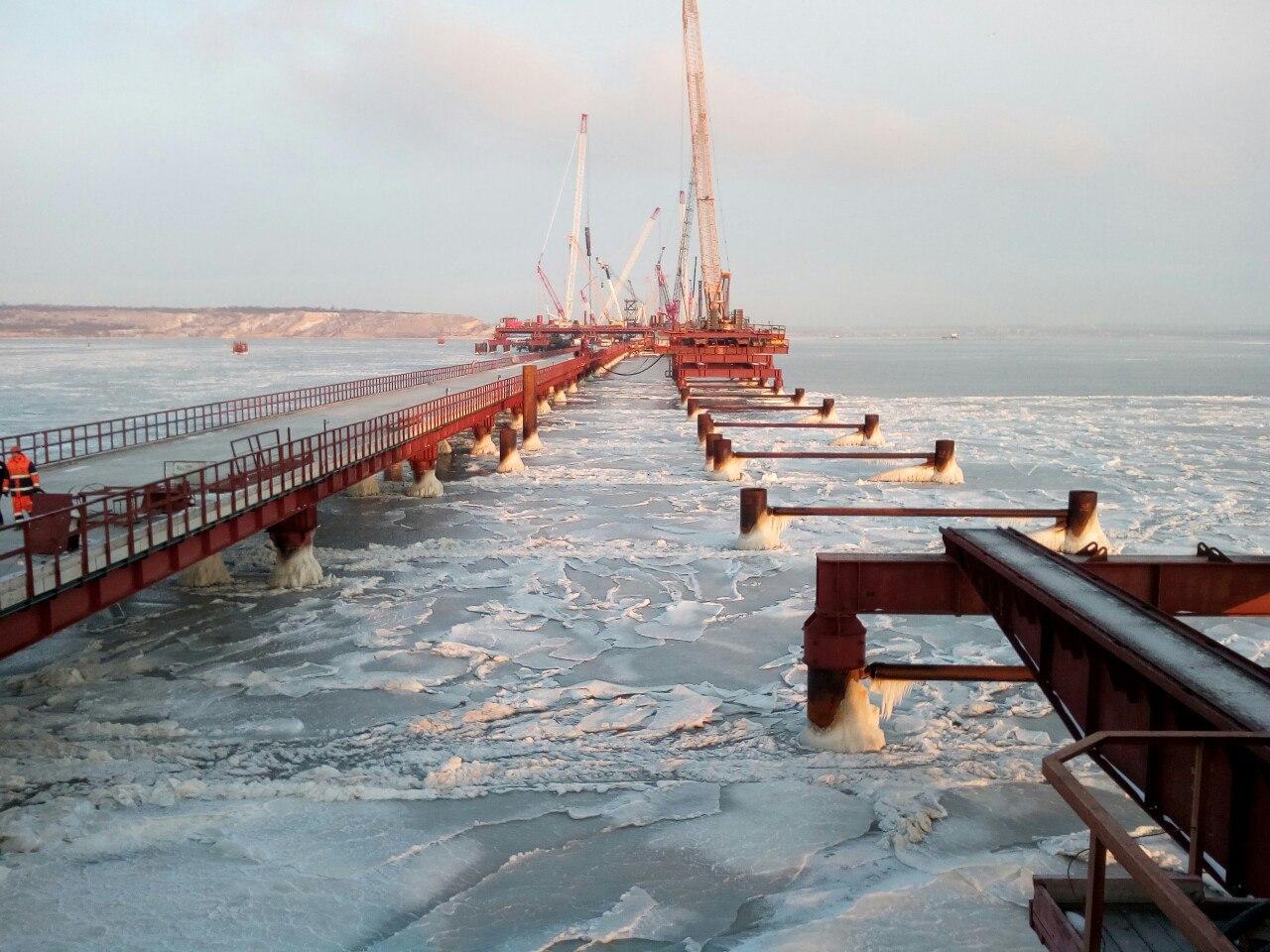 Строительство Керченского моста, 1 февраля 2017 года, лед, но штормы уже прекратились, идут восстановительные работы.