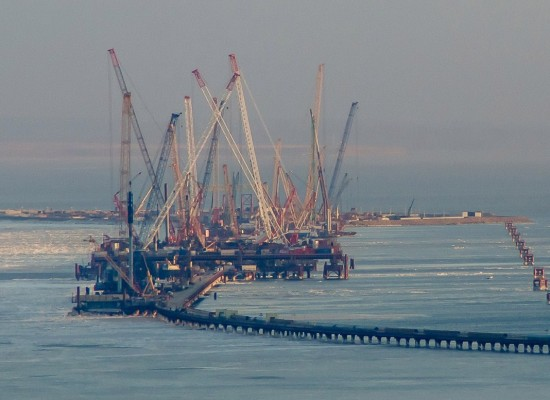 Строители продолжают подготовку к монтажу арок судоходных пролётов Крымского моста