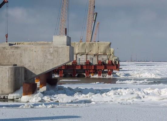 16 февраля, в Таманском заливе сохраняется ледовый припай толщиной около 10-12 см