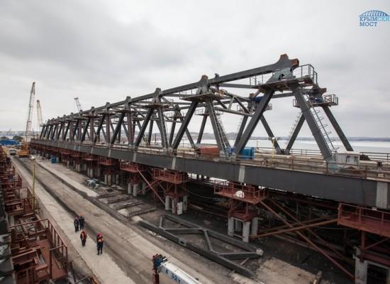 Строители приступают к сборке сводов арок моста