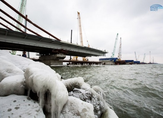 Строители сооружают морские пролеты моста через Керченский пролив