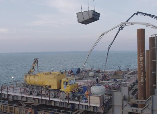 Строители приступили к первому этапу бетонирования одной из самых мощных опор моста в Крым