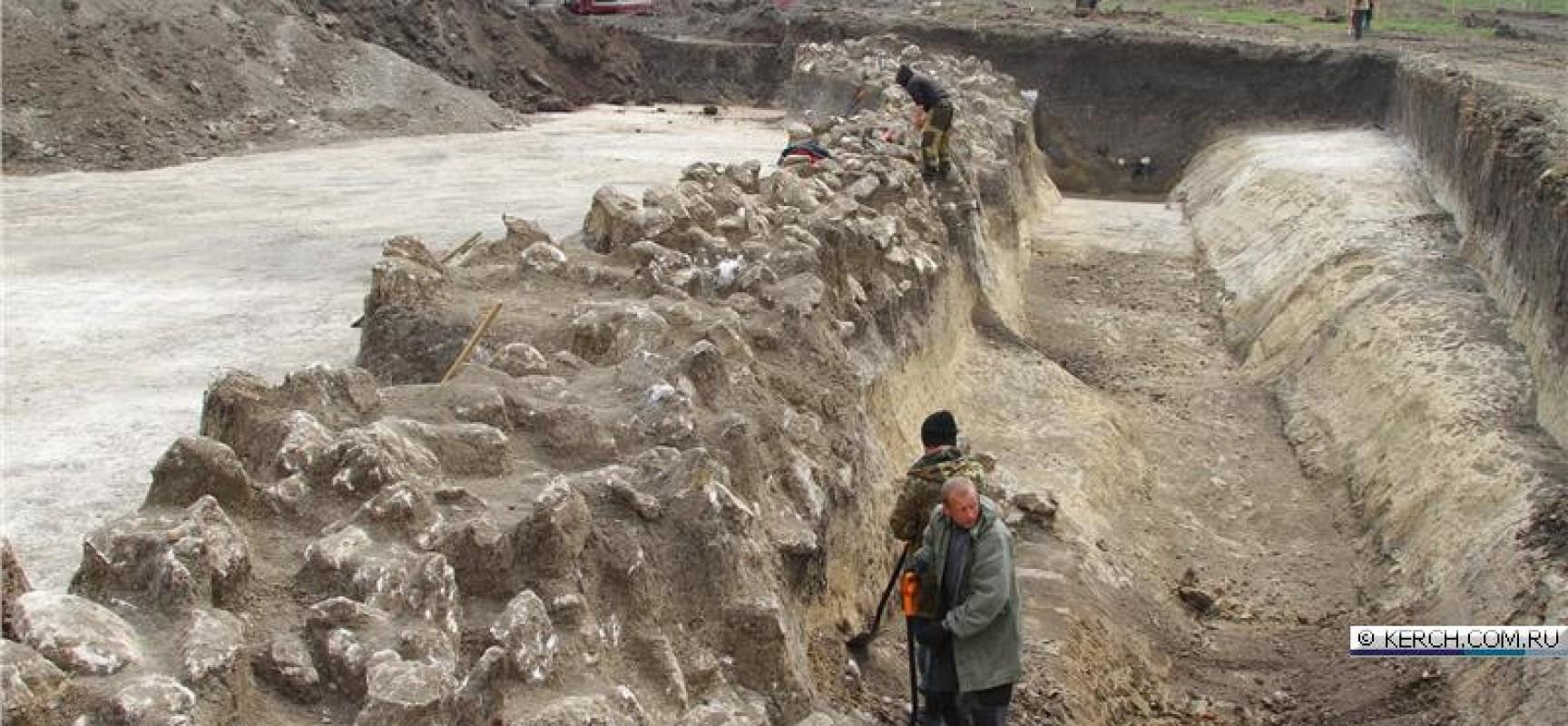 В Керчи раскопали оборонительный вал античных времен