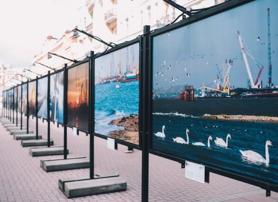 На Старом Арбате открылась фотовыставка, посвященная строительству Крымского моста