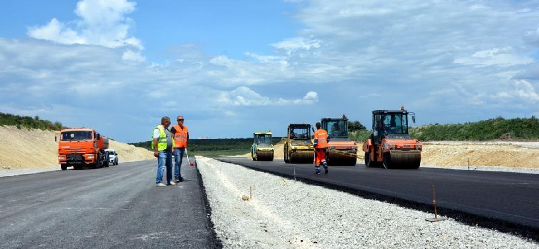 Строители начали асфальтировать трассу Дубки-Левадки