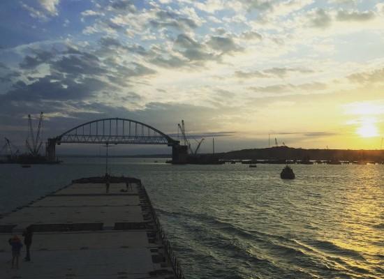 Под новой аркой Керченского моста прошел первый сухогруз