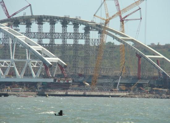 Строители керченского моста ждут хорошей погоды для установки арок