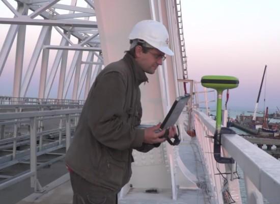 Инженеры и ученые ведут непрерывный мониторинг операции по установке арки моста через Керченский пролив