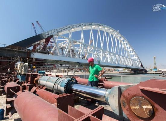 Железнодорожный арочный пролет Крымского моста снят со стапеля