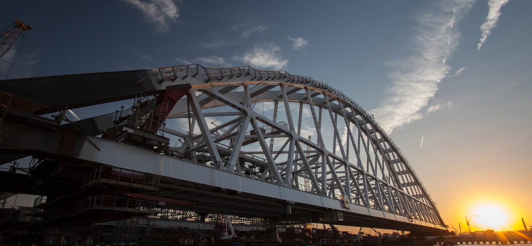 Шесть тысяч тонн над водой: строители Крымского моста приступили к установке железнодорожной арки