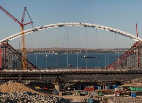 Автомобильная арка Керченского моста начала движение по выкаточным пирсам