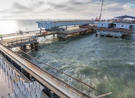Строители Керченского моста соединили автодорожными пролетами косу и остров Тузла