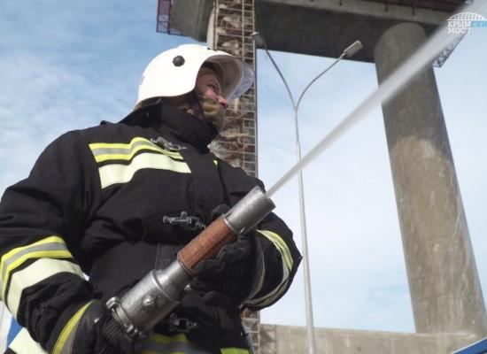 Пожарные, спасатели и медики провели совместные учения в Керченском проливе