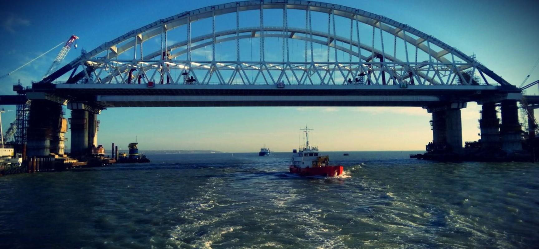 Завершена сборка пролетов автодорожной части моста между островом Тузла и фарватером