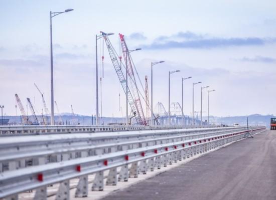 Установлено барьерное ограждение и мачты освещения на протяжении 450 метров будущей автодороги