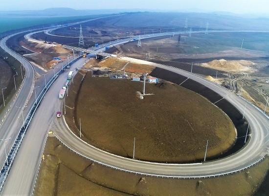 Год с начала строительства автомобильного подхода к мосту через Керченский пролив