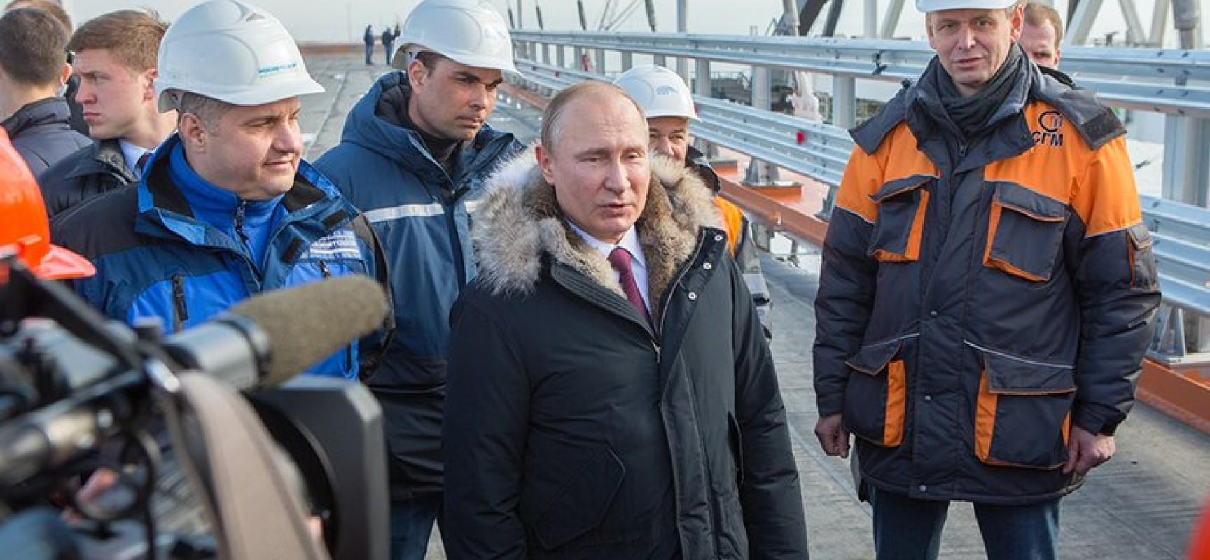 Президент России совершил рабочую поездку на площадку строительства моста через Керченский пролив
