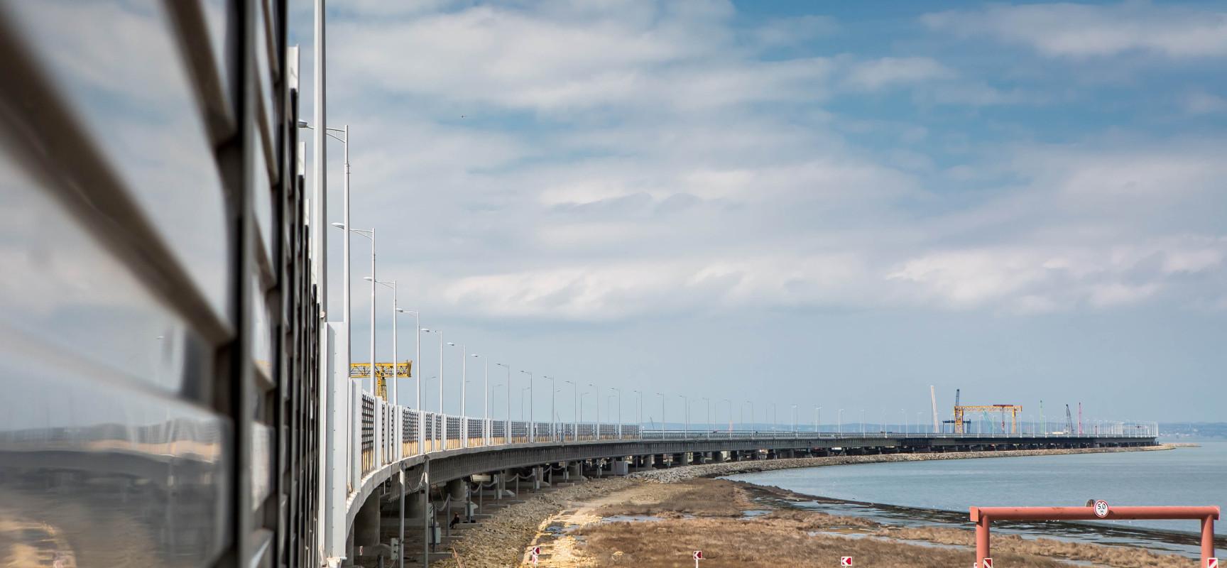 На участках моста через Керченский пролив устанавливают шумозащитные экраны