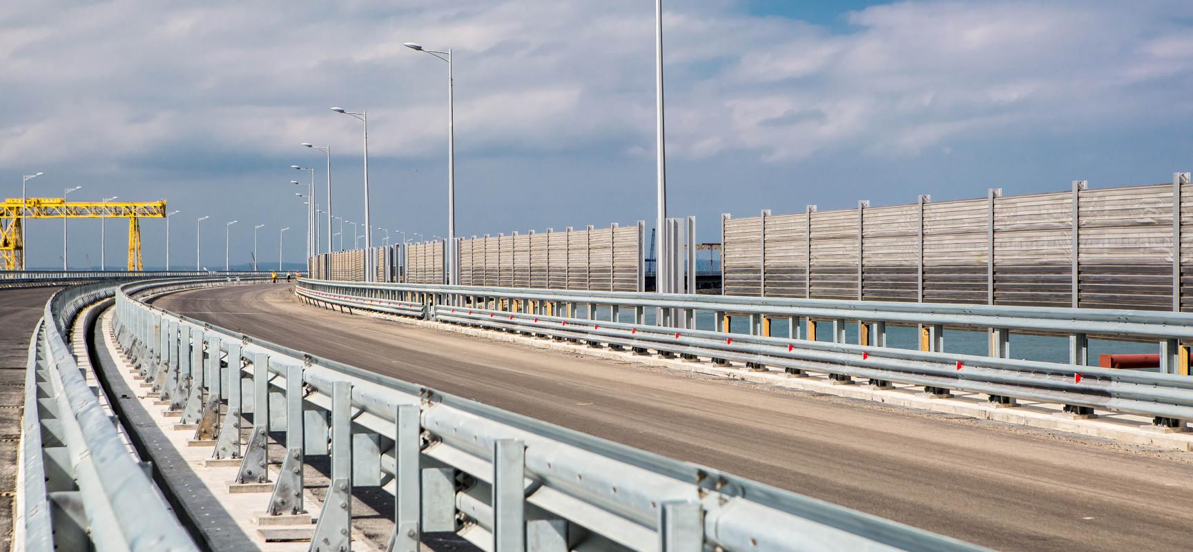 На Керченском мосту укладывают асфальт