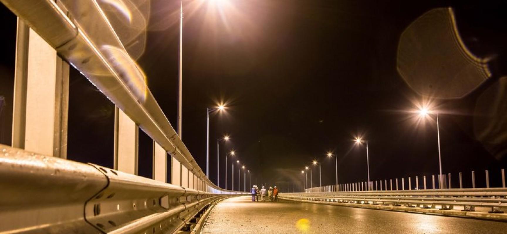 Строители протестировали освещение автодороги на Керченском мосту