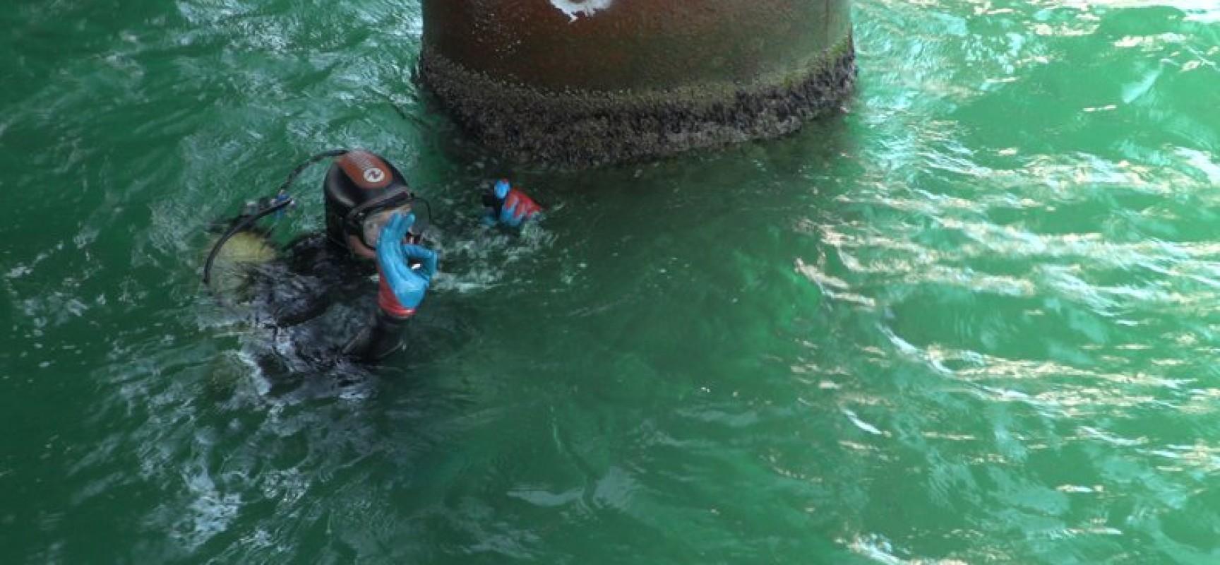 Водолазы демонтируют вспомогательные конструкции