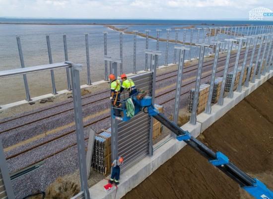 На железнодорожных подходах к Крымскому мосту ставят шумозащиту