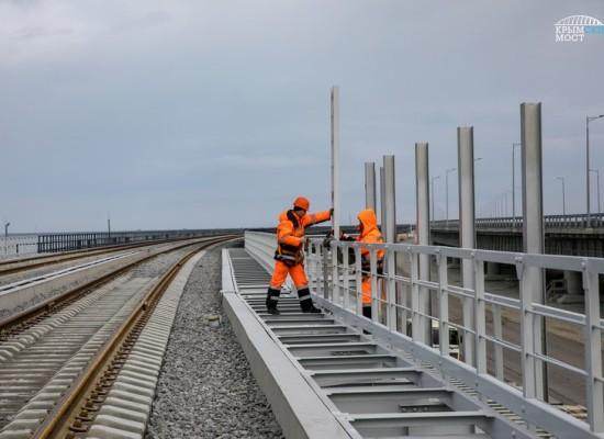 Вдоль строящейся железной дороги устанавливаются акустические экраны