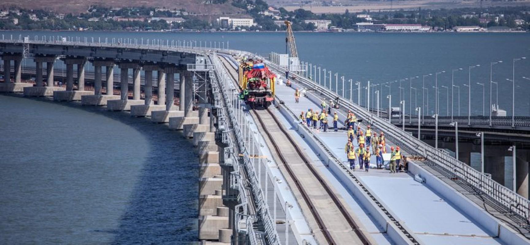 Строители завершили укладку звеньев из шпал и рельсов на первом пути моста через Керченский пролив