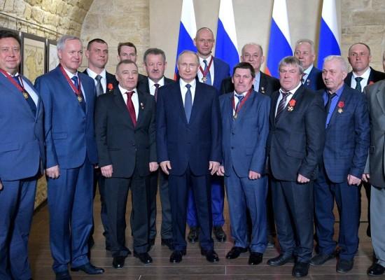 Путин вручил звезды Героев Труда и ордена строителям Крымского моста